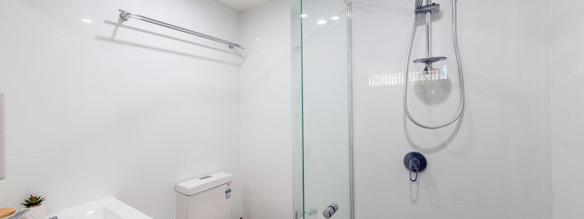 Villa on the Boulevard - Hooker Boulevard, Broadbeach - Ensuite bathroom to Master Bedroom