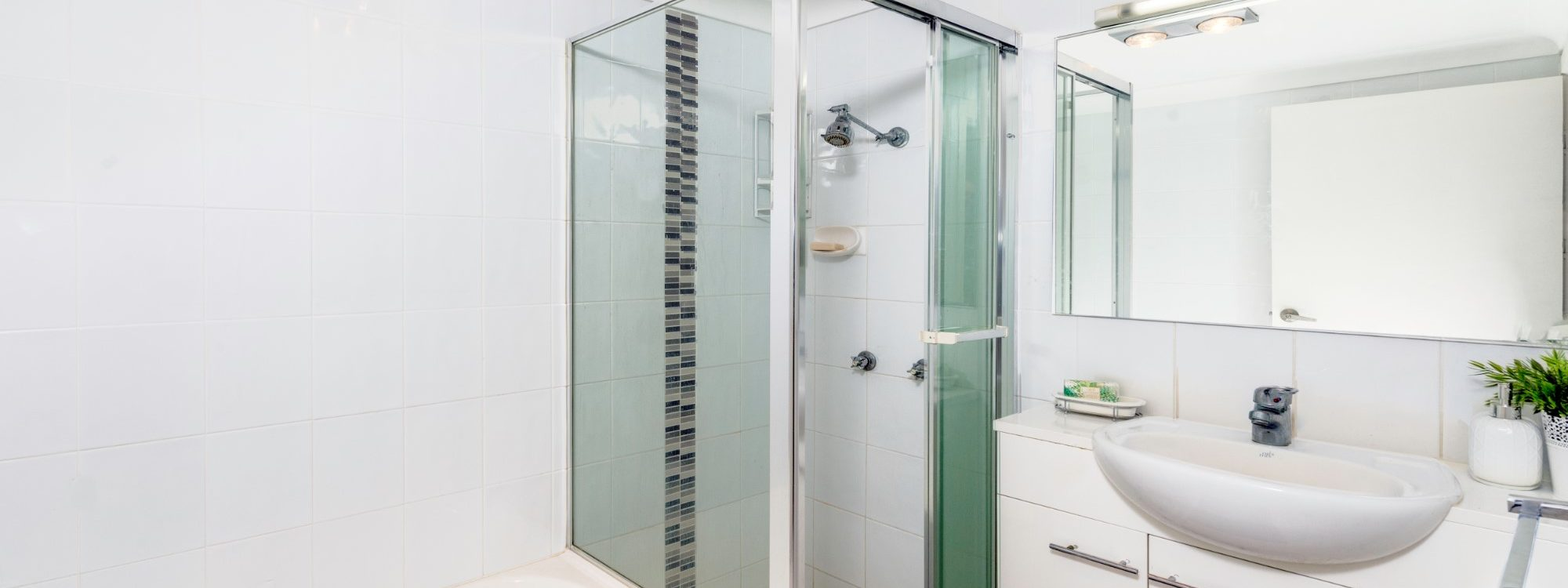 Villa on the Boulevard - Hooker Boulevard, Broadbeach - Main Bathroom