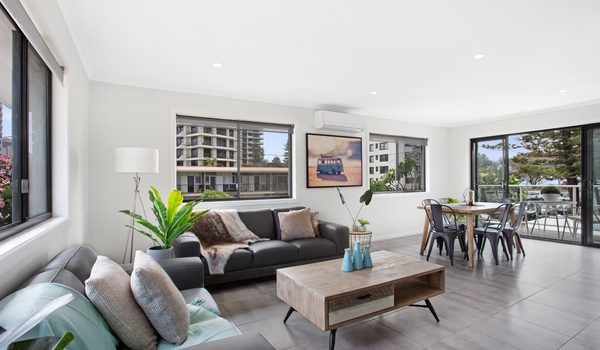 Jo's by the sea - Broadbeach - Living and dining area